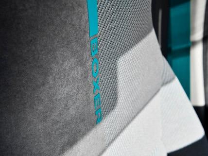 PEUGEOT BOXER 4x4 CONCEPT : La sportive maille technique côtoie un Alcantara® GRIS GREVAL reprise des nouvelles selleries des PEUGEOT e-208 GT, 508 HYBRID GT, 508 SW HYBRID GT et 3008 HYBRID4.