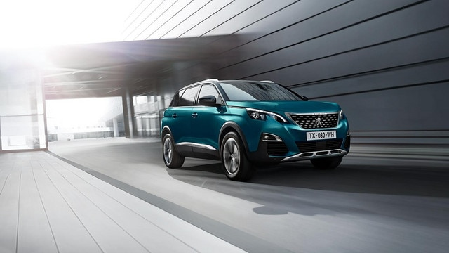 SUV PEUGEOT 5008 : motorisations efficientes en essence PureTech ou en diesel BlueHDi