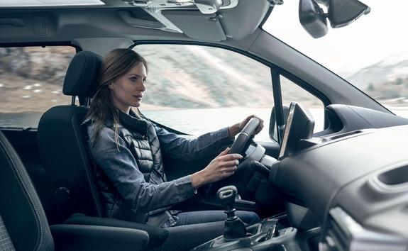 PEUGEOT RFTER – confort intérieur avec femme au volant