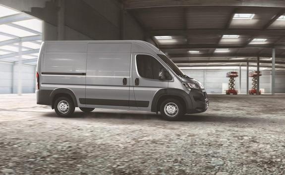 La version GRIP du Peugeot Boxer, est parfaitement adaptée aux terrains difficiles d'accès avec des besoins de chargements lourds et longs. Sa dotation de série lui confère une robustesse à toute épreuve.