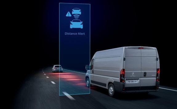La fonction « Distance Alert » (alerte de risque de collision) permet de prévenir le conducteur que son PEUGEOT Boxer risque d'entrer en collision avec le véhicule qui le précède dans sa voie de circulation.