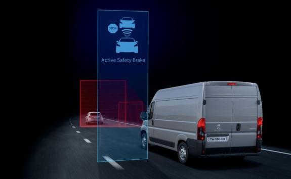 """L'« Active Safety Brake » (freinage automatique d'urgence) intervient après l'alerte de la fonction """" Distance Alert"""", si le conducteur ne réagit pas assez vite et n'actionne pas les freins."""